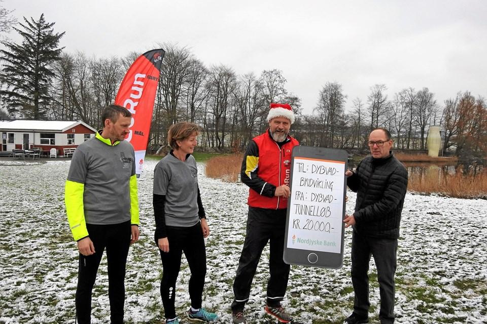 Her ses arrangørerne af Tunnelløbet; Klaus Nielsen, Helle Brinkmann og Anders Skovsgaard, som overrækker checken med årets overskud til Lynge S. Jensen fra bestyrelsen for Dybvad Byudvikling.