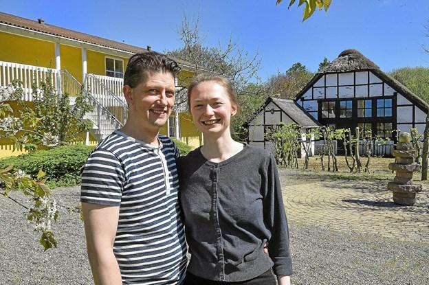 Den smukke gamle historiske lade bliver nu cafe. Laura Labornarska Jensen og Alex Jensen er klar til at åbne i pinsen. Foto: Ole Iversen
