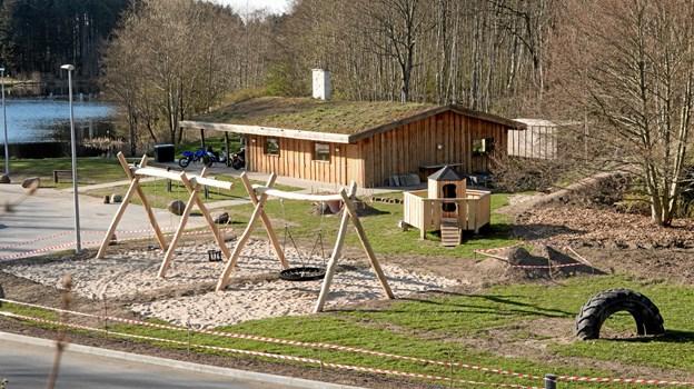 Nu er hytten ved Nols Sø også suppleret med en legeplads for de yngste. Foto: Kirsten Bøjstrup