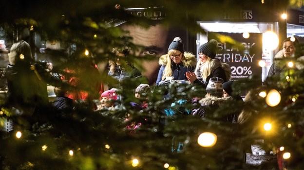 Stemningsfyldt var der på Store Torv i Hobro - og det bliver der igen fredag 23. november. Arkivfoto: Laura Guldhammer