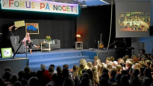 """Værten """"Sofie Linde"""" byder velkommen til showet """"Fokus på noget"""". De 600 børn i salen sitrer af spænding, for der plejer altid at ske noget uventet på sidste skoledag inden sommerferien. Foto: Niels Helver Niels Helver"""