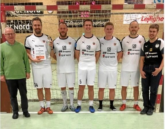 Fra præmieoverrækkelsen, hvor Hobro IK sluttede som vinder af Hobro Firma & Familie Idræts indendørs fodbold turnering.     Privatfoto
