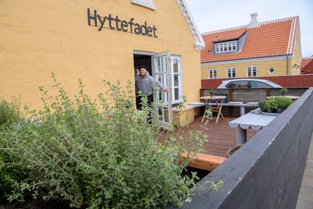 Vinhytten er en del af Hyttefadet, og på terrassen kan man se og nyde en smagsprøve. Det er jo en butik ikke en vinbar.Foto: Peter Broen. Peter Broen