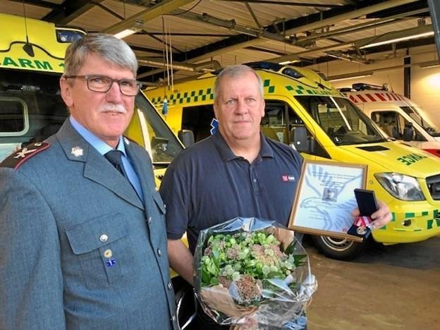 Ambulanceredder Karsten Jensen modtog et mindelegat - her ses han sammen med ambulancechef i Falcks Region Nord, Kjeld Brogård. Privatfoto