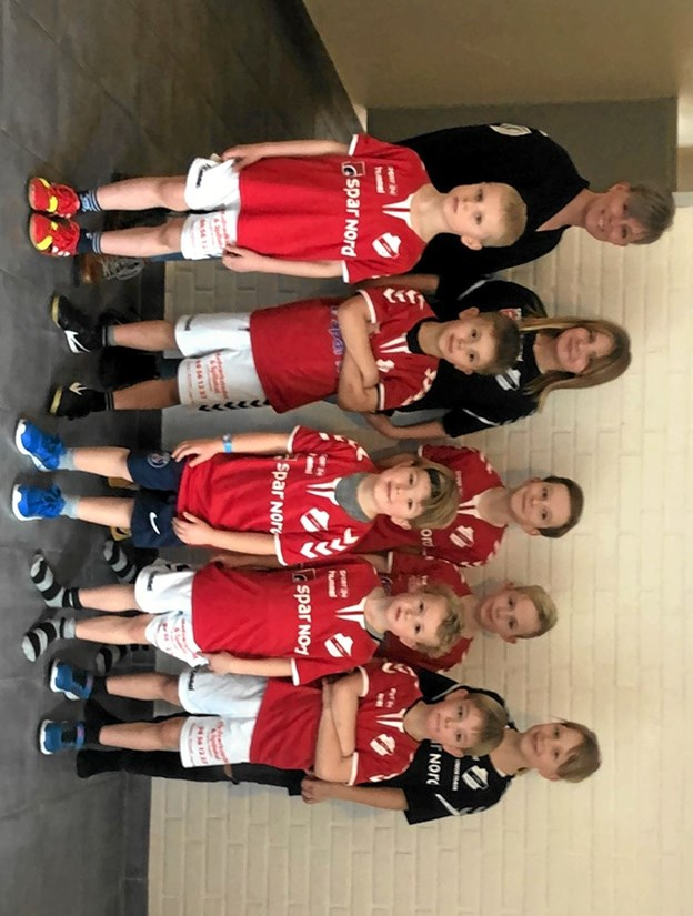 Microspillere i deres nye trøjer, som er sponsoreret af Spar Nord, Rockwool og Madværkstedet, der også her er repræsenteret på billedet af Vivian Thygesen bagerst til venstre. Foto: Privat Privat