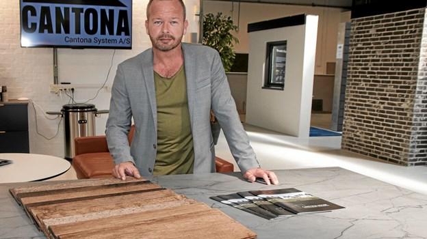 Morten Stausgaard fortæller om fibercements mange anvendelsesmuligheder. Foto: Peter Jørgensen Peter Jørgensen