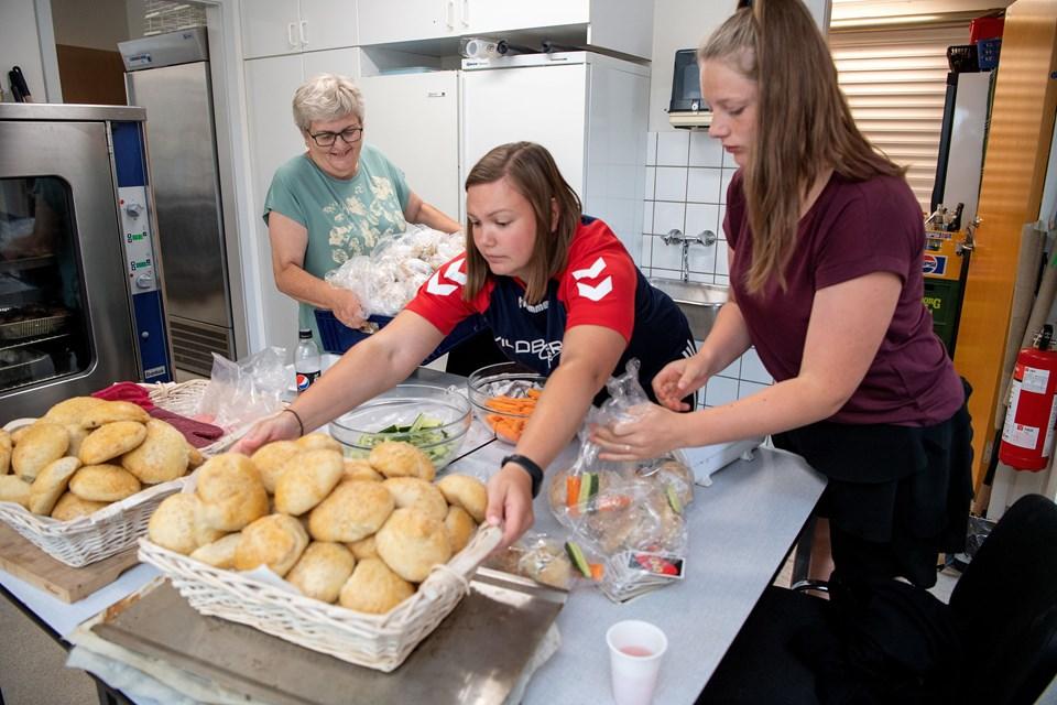 Jane Knudsen (til venstre) har de sidste fire år styret køkkenet i Haverslev Hallen med hjælp fra klubbens frivillige.   Fodboldskolens børn kalder hende 'mormor'.  - Det står også på min klubtrøje, griner Jane Knudsen. Foto: Henrik Bo