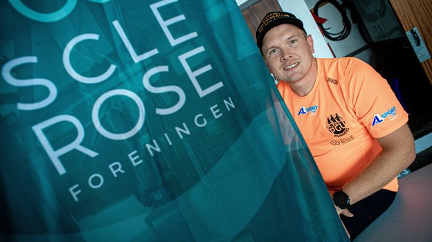 Stefan Ottesen fra Birkelse glæder sig over at finde penge til Scleroseforening ved sit halvmaraton nummer 100. Foto: Martin Damgård