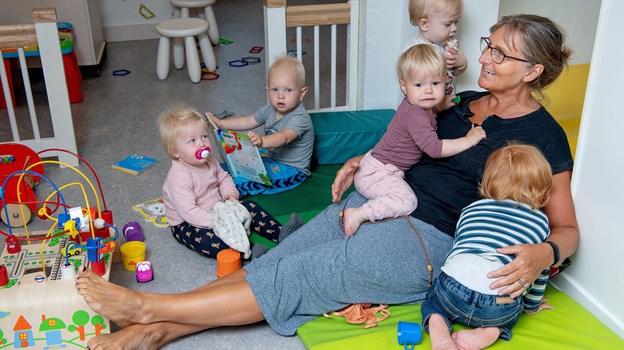 Institutionsleder Mette Trolle hyggede med vuggestuebørnene. Der er normalt 18 børn, men i sidste uge var der kun fire til fem børn.Foto: Lars Pauli © Lars Pauli