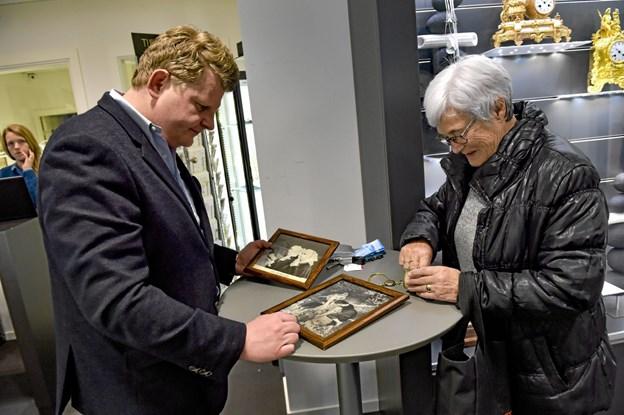 Ingelis Mygind havde også tekstilbilleder med til vurdering. De gamle og flotte billeder var dog ikke så meget værd på en auktion. Ole Iversen
