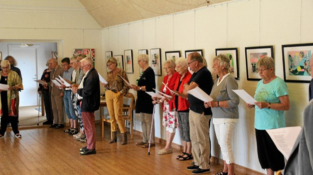 35 personer var mødt op for at deltage i ferniseringen af sommerudstillingen i Thyholm Kunstforening. Foto: Hans B. Henriksen