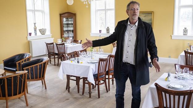 Lerbæk Hovedgård er blevet renoveret, og den nye forpagter, Egon Olesen, byder indenfor.