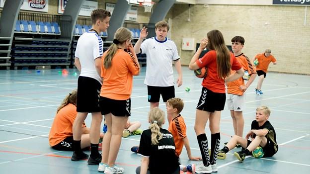Deltagerne på håndboldskolen fik hjælp til at få styr på tricks og finter af trænerne.Foto: Henrik Louis