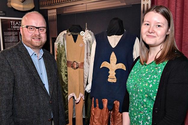 Historiestuderende fra Aalborg Universitet, Mette Fisker, fik under sin praktik på VHM til opgave at lave forarbejdet til udstillingen. Her ses hun sammen med museumsinspektør Jens-Christian Hansen.