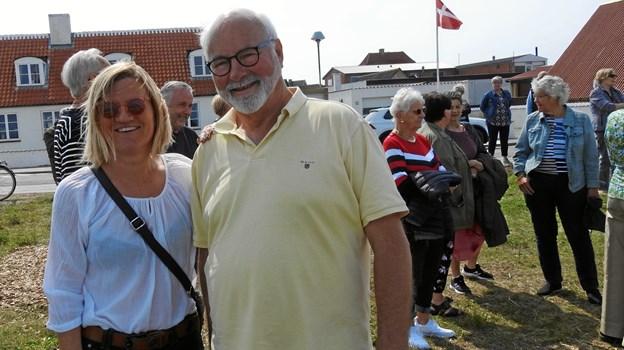 Helle Møller Riis, som er formand for Hirtshals sparekasses gavefond, ses th sammen med John Kongerslev. Fonden har sponsoreret udkastet til møblerne.  Foto: Jens Brændgaard