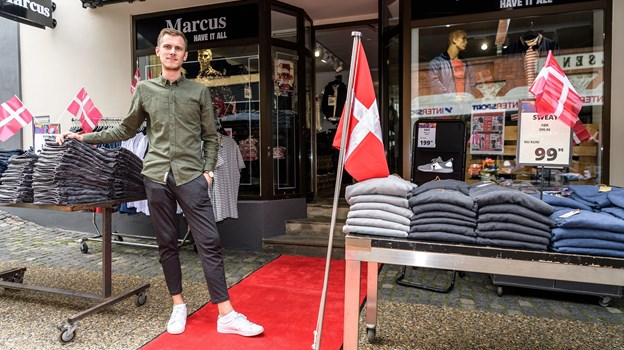 Butikschef Alex Nielsen og den røde løber foran Marcus. Foto: Nicolas Cho Meier