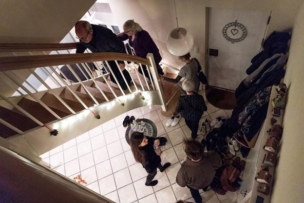 Et forventningsfuldt publikum på vej op ad trappen til det utraditionelle koncertlokale i Hobro. Foto: Laura Guldhammer Foto:  Laura Guldhammer