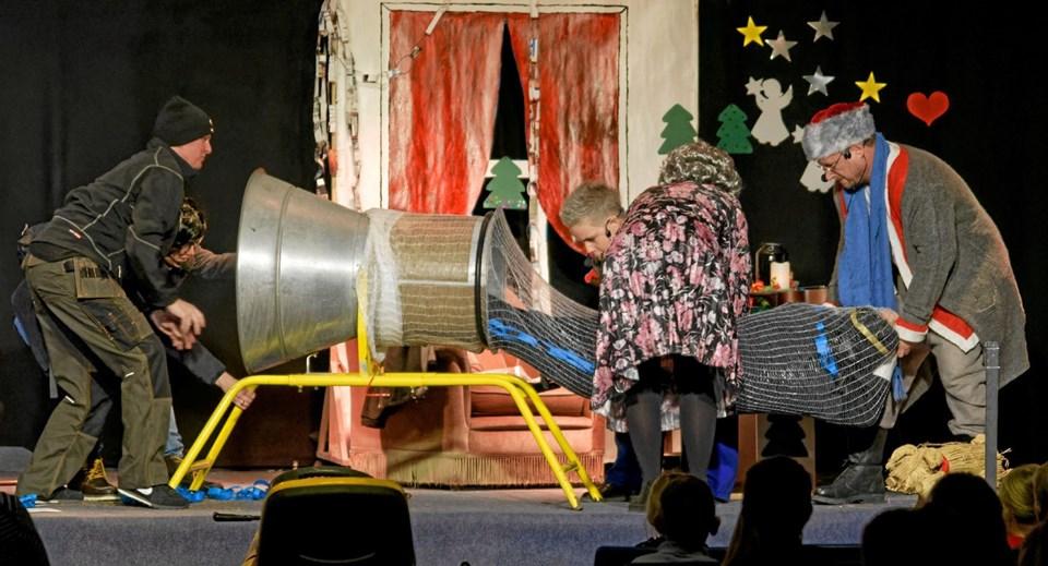 """Doktor Schwartz er fanget og pakkes ind som et juletræ i """"net-maskinen"""". Foto: Niels Helver Niels Helver"""