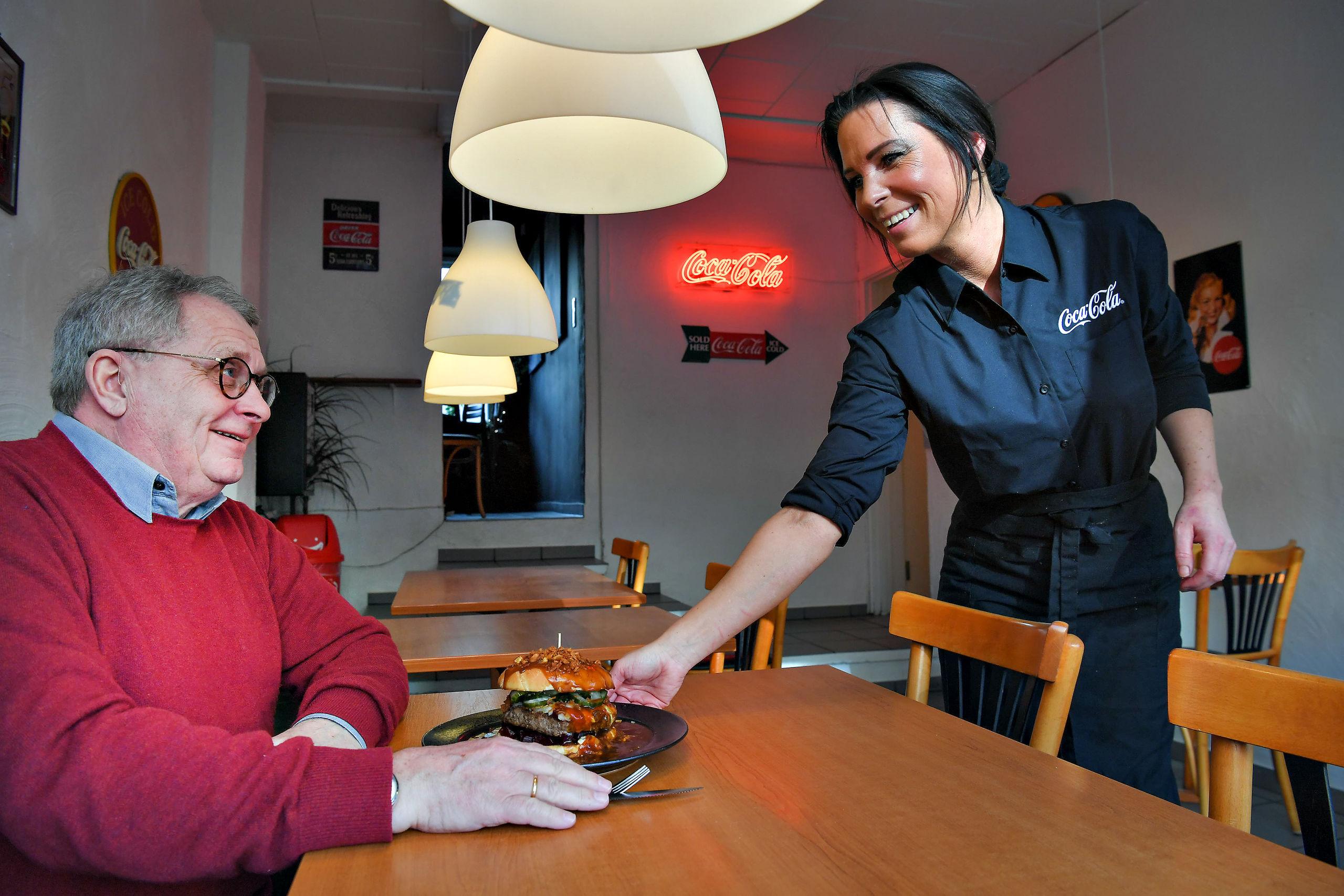 Der er plads til spisende gæster på grillbaren. Foto: Hans Ravn