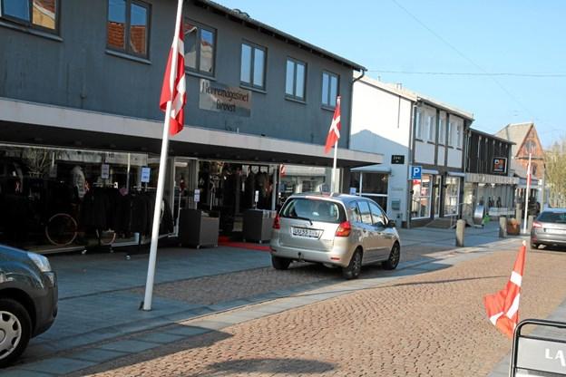 Brovst havde sat flag op i anledning af den nye forretnings åbning Foto: Flemming Dahl Jensen Flemming Dahl Jensen
