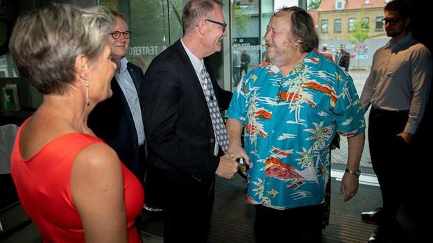 Revydirektør Henrik Baloo Andersen tog imod gæsterne ved indgangen - her Hans Holtegaard. Foto: Lars Pauli © Lars Pauli
