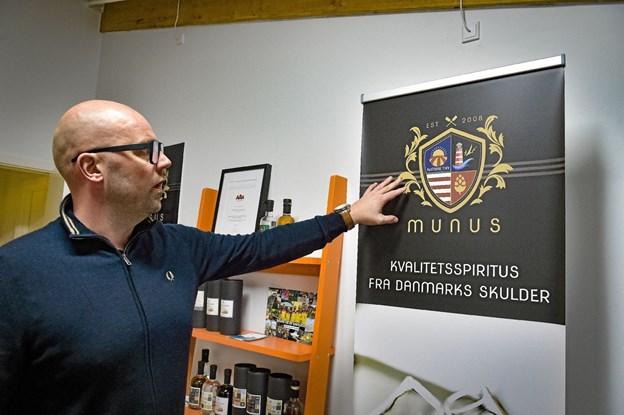 Morten Bang Andersen viser det nye mærke for Minus Northland-serien. Foto: Ole Iversen Ole Iversen