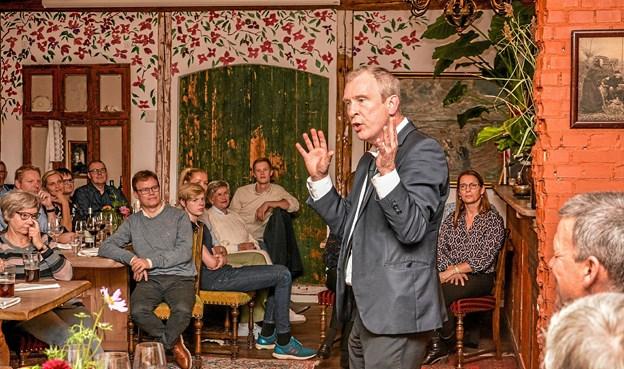 """Festlige Jens Arentzen underholdt de 75 gæster med """"Matador"""" - det du ikke så. Foto: Mogens Lynge"""