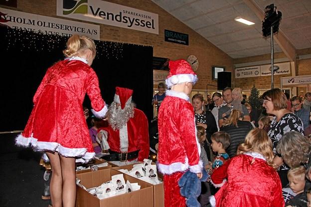 Julemanden og nissebørnene uddelte godteposer til børnene. Foto: Hans B. Henriksen Hans B. Henriksen