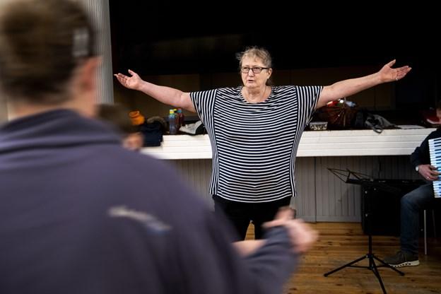 Instruktør Kirsten Bjerre guider danserne igennem de mange trin,Foto: Laura Guldhammer Foto:  Laura Guldhammer