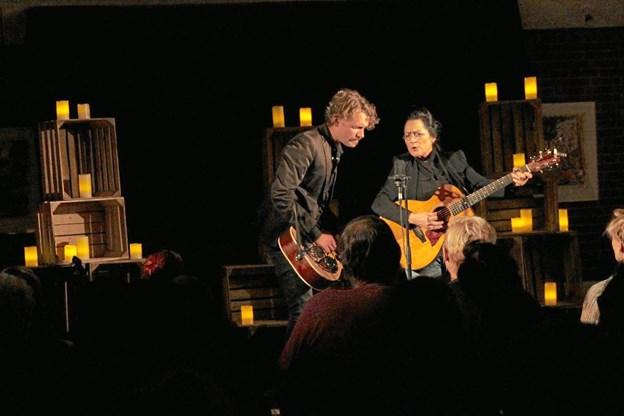 Ester Brohus, her med guitarist Mikkel Bøggild, har siden sin debut i 1992 været en central figur på den danske country- og folkrockscene.Foto: ROSA