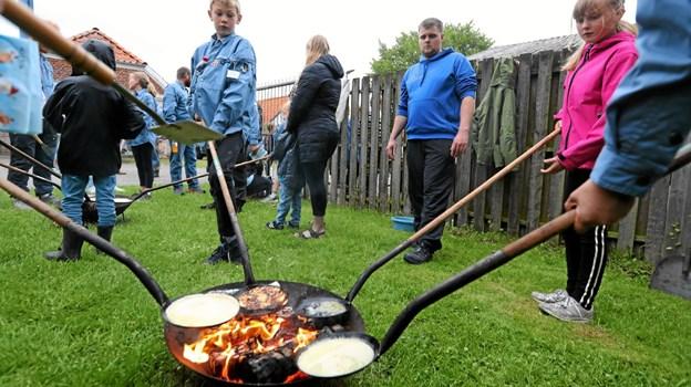 Der blev bagt pandekager over bålet. Foto: Allan Mortensen