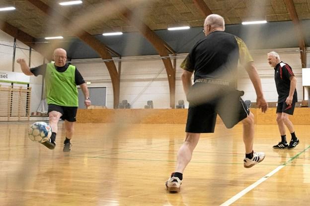 U99'erne samles hver mandag aften til indefodbold i Ulsted Hallen. Foto: Allan Mortensen