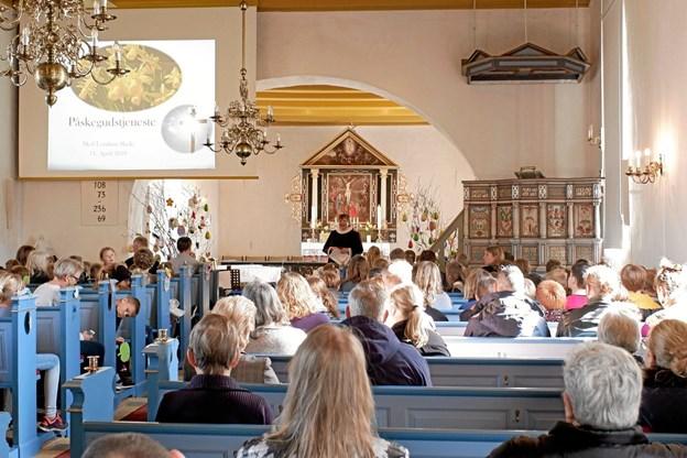 Sognepræst Eva Christophersen byder skolens elever med deres forældre og bedsteforældre velkommen til påskegudstjeneste. Foto: Niels Helver Niels Helver