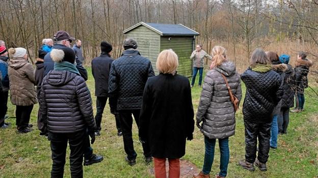 Ved Pumpehuset fortalte Peter Kristensen, at der herfra kunne etableres stier til Tornby Klitplantage. Dermed kommer byen og skoven til at hænge sammen. Foto: Niels Helver Niels Helver
