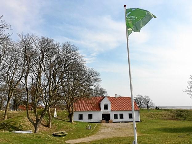 Hals Museum er selvbetjent, har fri entré og åbent hver dag fra kl. 9.30 til 21.00, og det kommer nu også områdets turister til gode, når VisitAalborg flytter selvbetjent turistinformation ind på museet ved Skansen i Hals. Foto: Nordjyllands Historiske Museum