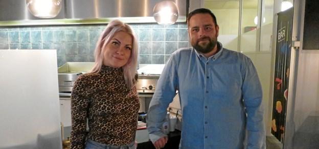 Zehra og Casper har overtaget Bunson's på Butikcenter Hadsund. Kig ind og hils på de nye ejere. ?Foto: hhr-freelance.dk