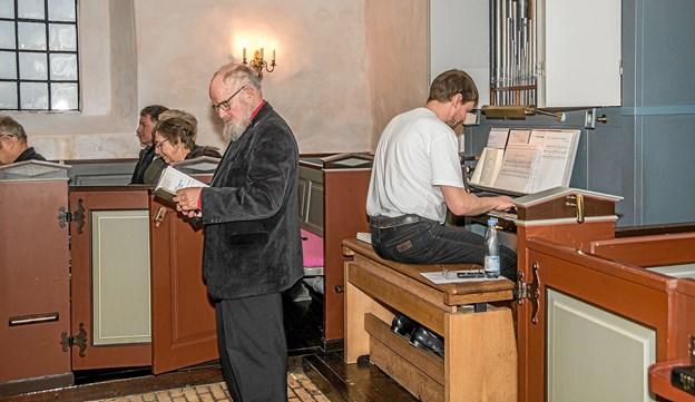 Organist og korleder Asbjørn Høgholm her foran det nye orgel i Kornum Kirke. Foto: Mogens Lynge Mogens Lynge