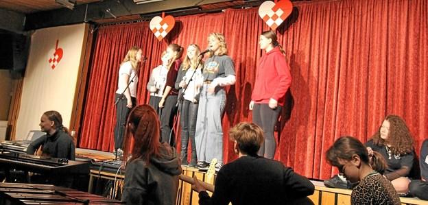 Der var masser af musikalske numre i årets julerevy. Skuespillerne på scenen blev dygtigt bakket op af et velspillende elevorkester.Foto: Jørgen Ingvardsen