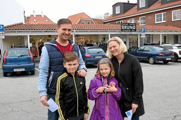 Familien Hansen med Henrik, Kasper, Louise og Marlene synes det var spændende at komme rundt i forretninger som de ellers ikke plejer at besøge. Onsdag har de afsat til at besøge svømmebadet. Foto: Tommy Thomsen