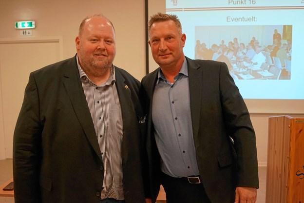 Mogens Bay (til venstre) fik overrakt guldnålen af Kent Nicolajsen, formand for JHF.Privatfoto