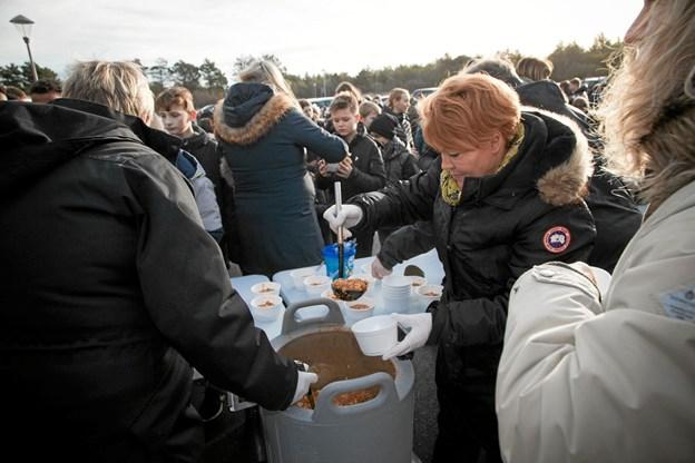 Efter at MTB sporet var blevet cyklet, løbet og gået igennem, indtil flere gange, serverede skolekøkkenet chili con carne for de mange fremmødte. Foto: Peter Jørgensen Peter Jørgensen