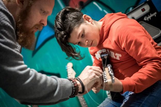 Morten Overgaard-Dahl lærte 13-årige Rodi Ahmad at spille powerakkorder på elguitar.