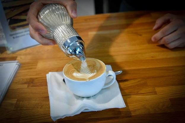 Lene Hyldahl anbefaler, at man kigger på ristedatoen, for man køber kaffen. På deres poser lyder anbefalingen, den skal drikkes inden for tre måneder.