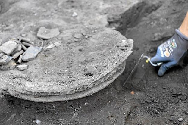 I dekorationen på kanten af lerkarret ses tydelig spor efter tryk med en finger hele vejen rundt. Fadet er desværre fragmenteret af jordtrykket og kan sandsynligvis ikke reddes i ét stykke. Det vil muligvis forsøges limet sammen, afhængig af dens tilstand. Foto: Ole Iversen