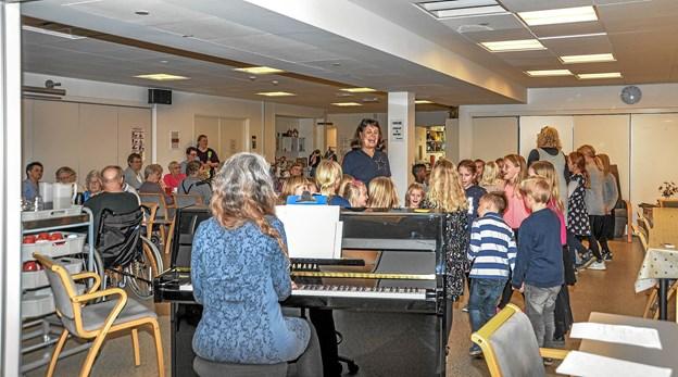 Løgstør Børnekor underholdt beboerne på Bøgely i Løgstør. Foto: Mogens Lynge