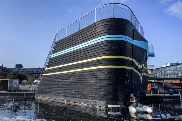 Det gælder om at komme rundt i alle hjørner af havnebadet, når sikkerhedsnettet skal afmonteres, og Carlo Bork er i gang under udspringstårnet.