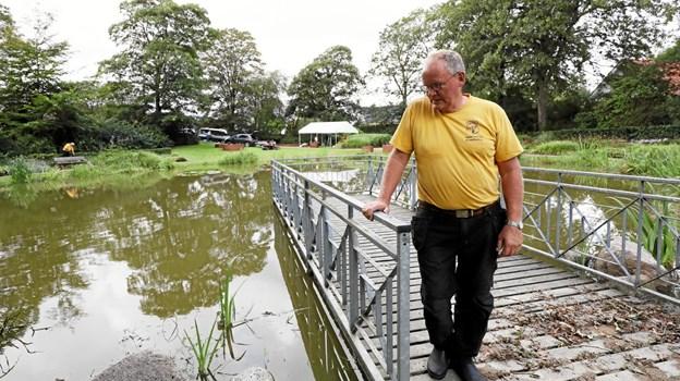Formanden for Vester Hassing Borgerforening, Johannes Svaneborg, på broen i den oversvømmede sø. Foto: Allan Mortensen