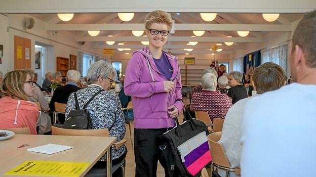 Sanne Høholt viste, at det er nemt at finde tøj til de unge i Røde Kors Genbrugsbutikken i Nørregade. Foto: Niels Helver Niels Helver