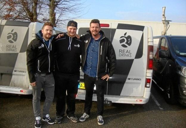 Tobias Reckeweg ses i midten sammen med ejerne Jens Dilling (th) og Christian Dilling (tv) fra Real Drinks i Hobro.Privatfoto