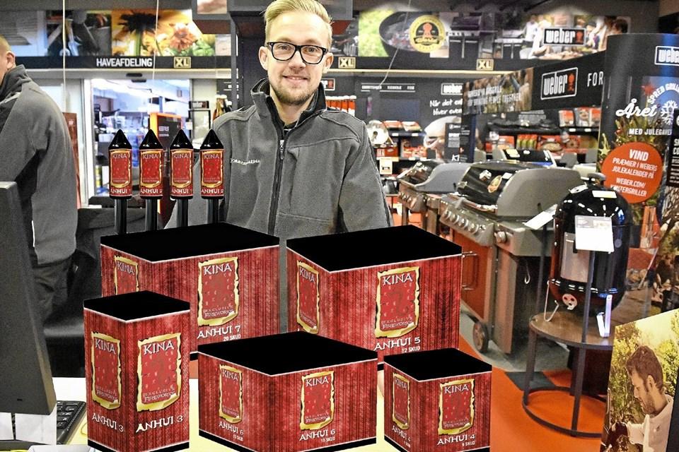 Jan Bjerregaard fra XL Byg på Tigervej har nytårskrudtet: et batteri/raket sæt til en værdi af 250 kroner. Foto: Ole Iversen Ole Iversen